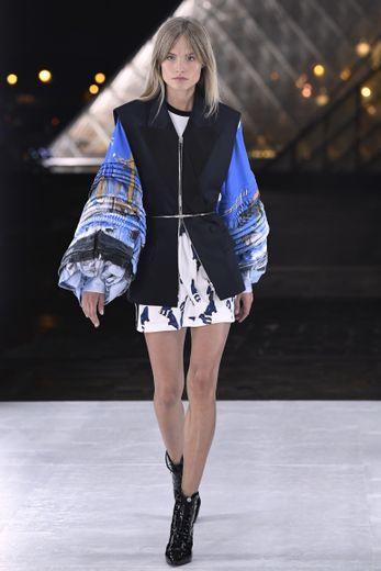 Louis Vuitton signe de nombreuses silhouettes androgynes, mais laisse également une place à la féminité, forte et libérée, avec des robes, shorts, et jupes mini, surmontés de blouses et tops amples. Paris, le 2 octobre 2018.