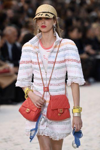 La casquette de paille de Chanel, décontractée chic. Paris, le 2 octobre 2018.