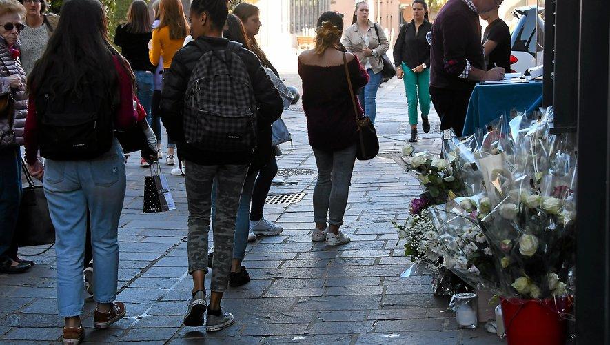 Hier encore,  de nombreux anonymes ont rendu hommage à Pascal Filoé sur les lieux de son assassinat.