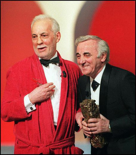 Charles Aznavour (D) un reçu en 1997 un César d'honneur des mains de Michel Serrault