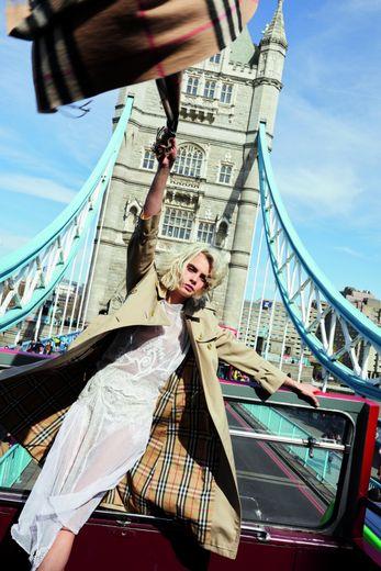 """Née à Londres, Cara Delevingne est le visage de la fragrance """"Her"""" de Burberry."""