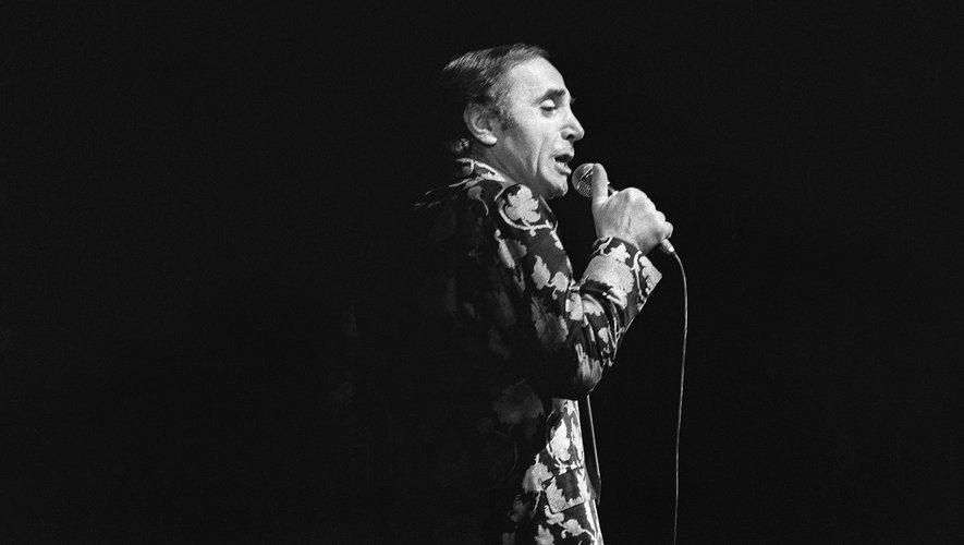 Après les larmes est venu le temps des adieux pour les fans de Charles Aznavour, monument de la chanson française aura droit vendredi à Paris à un hommage national ouvert au public.