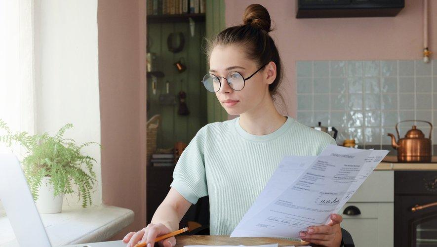 GENERIC: Facture, invoice, femme, woman, ordinateur, computer, payer, payement, paid