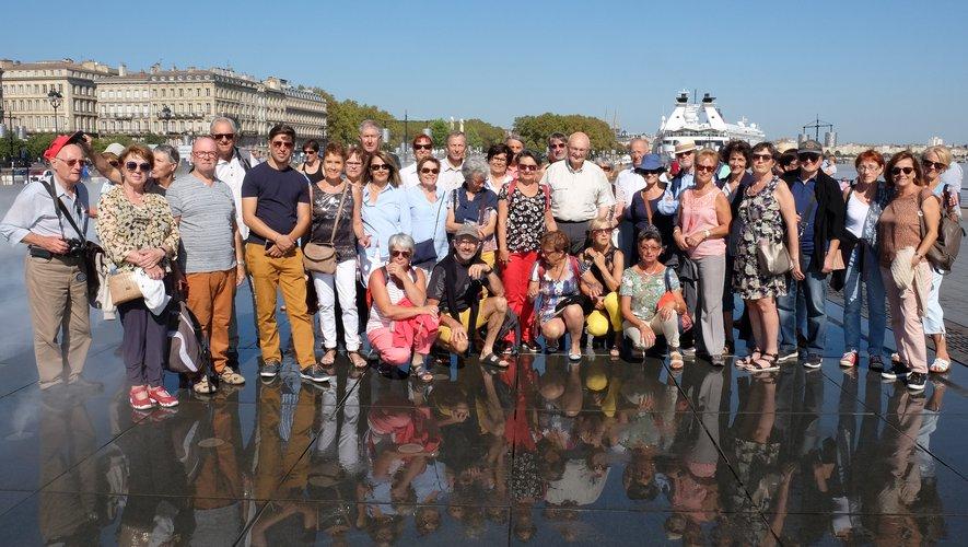 Photo souvenir des 40 participants  sur le miroir d'eau, au bord de la Garonne et face à la place de la Bourse à Bordeaux.