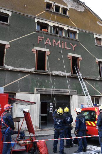 Dernièrement, les sapeurs-pompiers du Bassin étaient en manœuvre avenue Cabrol, à l'ancien cinéma Le Family de Decazeville. Il s'agissait d'une simulation d'attentat terroriste avec une explosion de l'attaquant suivie d'un incendie. Les sapeurs-pompiers ont procédé à une mise en sécurité des lieux et à l'évacuation des victimes./Photos DDM, Sébastien Murat.