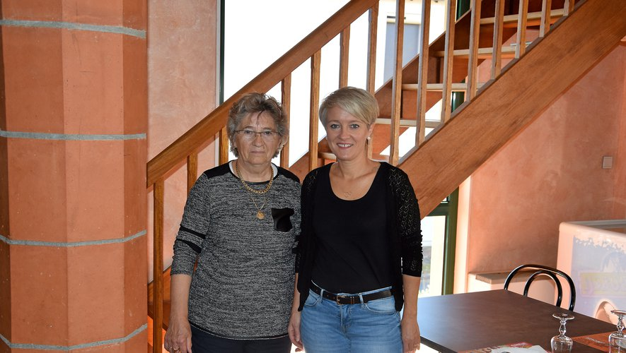 Sandrine Carrière au côté de sa belle-mère, Yvette,  qui lui a appris le métier.