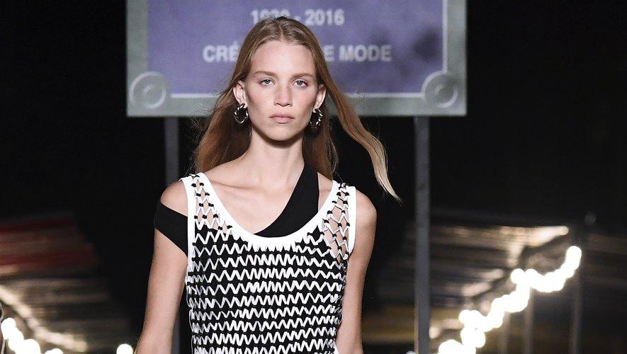 Rebecca Leigh Longendyke, mannequin qui a le plus défilé lors de la Fashion Week printemps-été 2019, a clôturé le show de la maison Sonia Rykiel. Paris, le 29 septembre 2018.