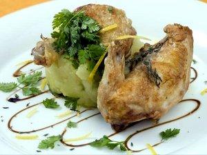 Recette de Coquelet grillé huile d'olive citron et fleur de thym, pomme écrasée