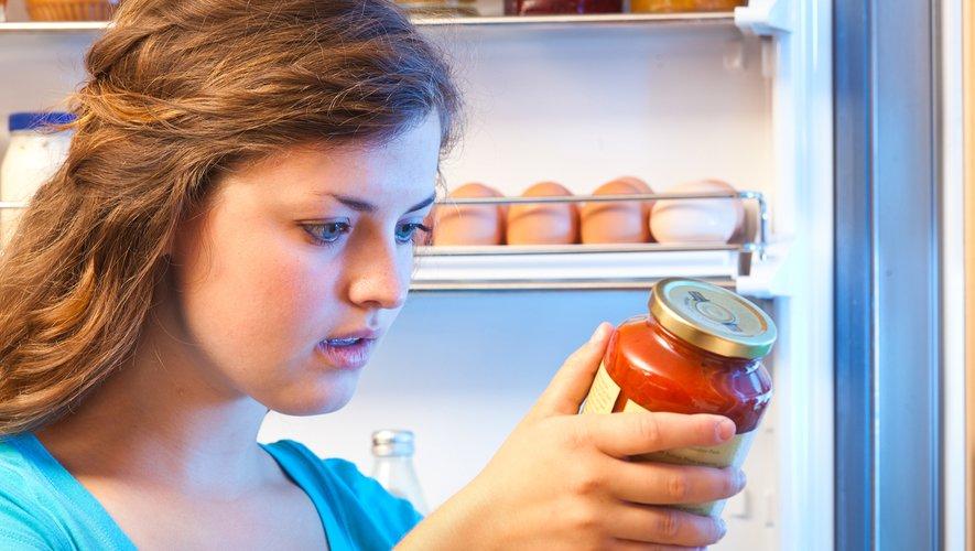 Les dates de péremption, mises en place pour prévenir tout risque sanitaire, suscitent la confusion chez certains consommateurs au point de contribuer à 20% du gaspillage dans les foyers, et certains appellent à les réformer.