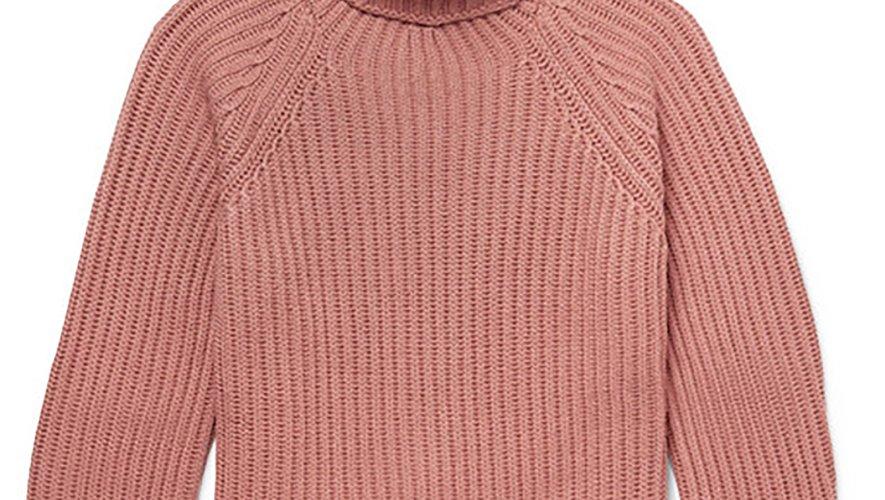 Le pull à col roulé rose à maille côtelé signé Berluti pour Mr Porter.