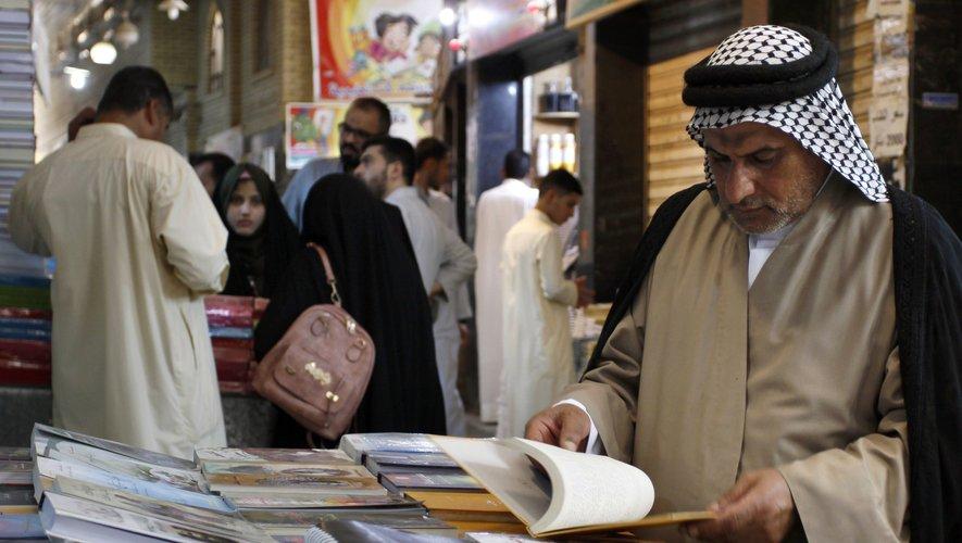 De nombreux étudiants musulmans originaires de divers pays passent des heures chez les bouquinistes à déchiffrer les titres de milliers d'ouvrages.