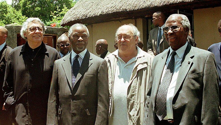 Parmi les co-accusés de Rivonia, figurent Andrew Mlangeni (D) et Denis Goldberg (CD).