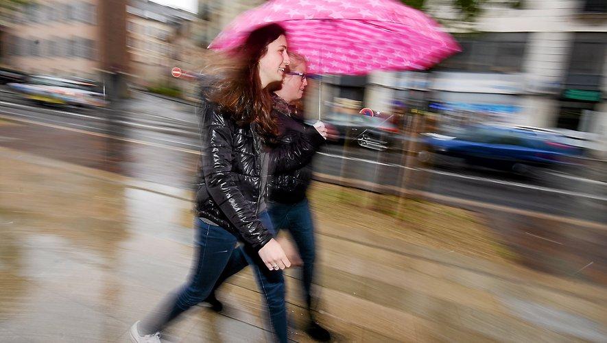 Le parapluie pourrait bien être l'accessoire à la mode cette semaine.