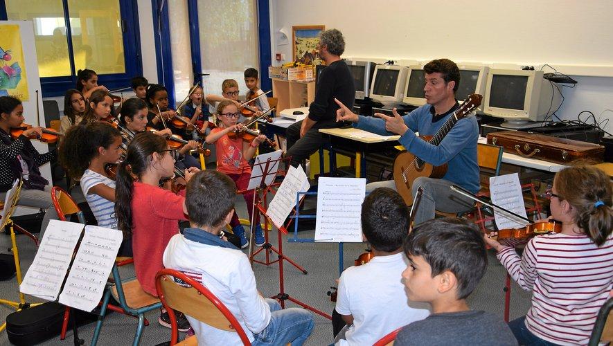 Les écoliers écoutent les précieux conseils d'Emmanuel Rossfelder.