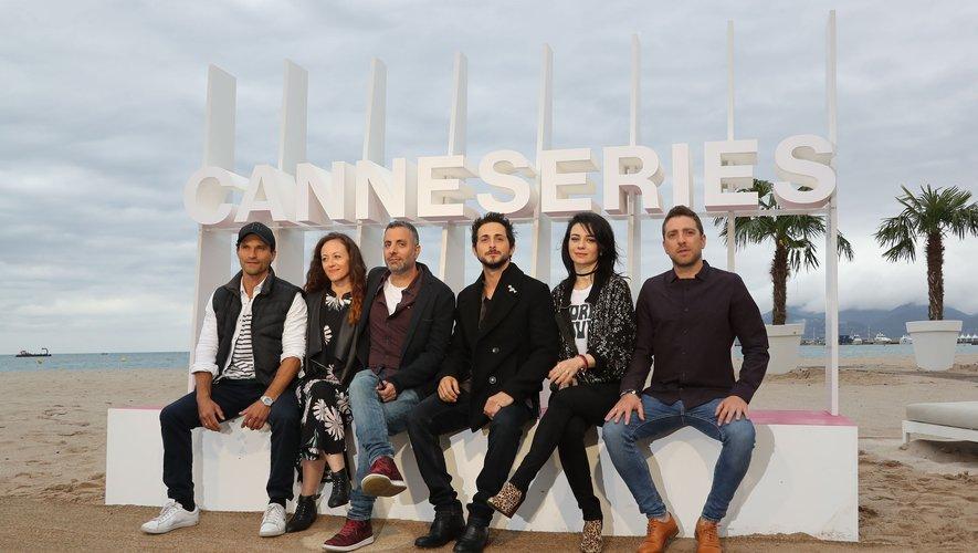 """Les acteurs, de gauche à droite, Dan Mor, Michal Kalman, le réalisateur Omri Givon, Tomer Kapon, Ninet Tayeb et Moshe Ashkenzi composent le casting de """"When Heroes Fly""""."""