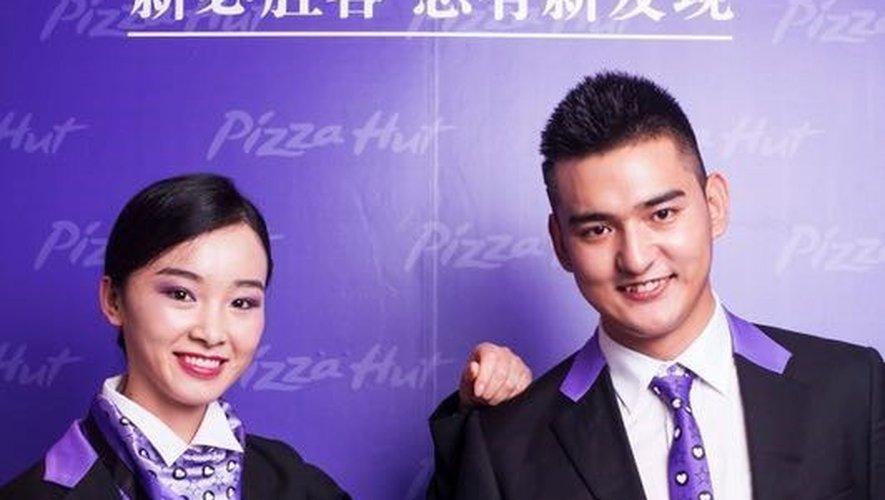 Anna Sui a conçu les nouveaux uniformes des employés de Pizza Hut en Chine