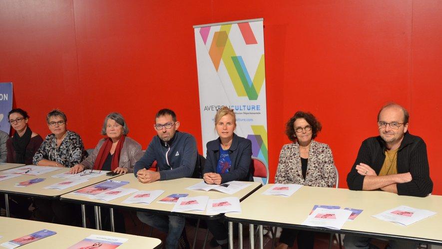 Laurent Mayanobe entouré des membres de l'association Aveyron Culture, de Michèle Buessinger, conseillère départementale, et du responsable du service animation Decazeville.
