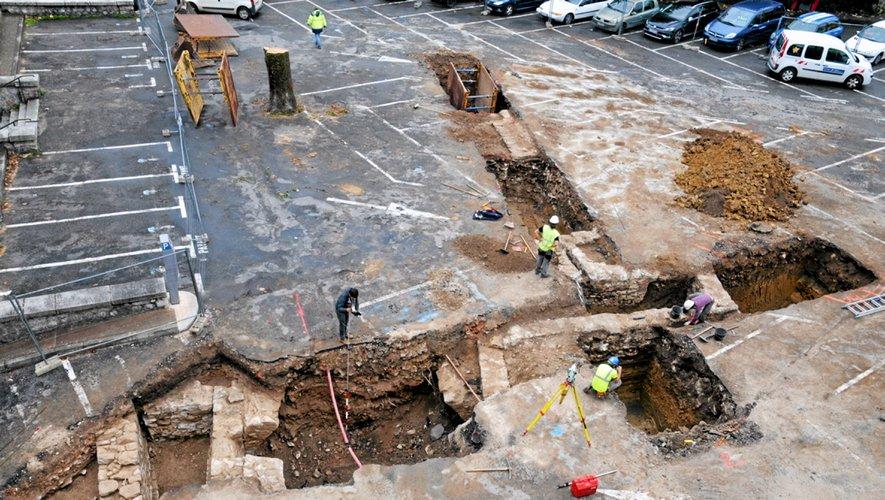 Des travaux de fouilles menées sur la place Bernard Lhez à Villefranche.