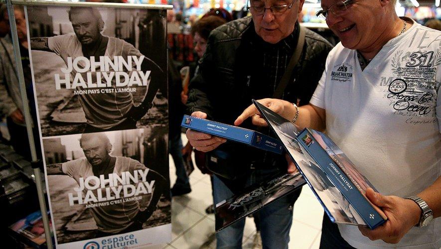 """""""Mon pays c'est l'amour"""", l'album posthume de Johnny Hallyday, s'est vendu à 631.473 exemplaires physiques (CD et vinyles) depuis sa sortie vendredi"""