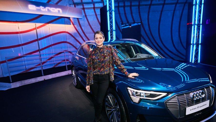 Marion Cotillard pose devant l'Audi e-tron.