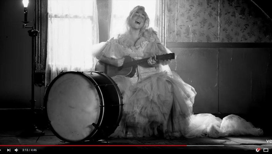 """Kesha dans le clip de """"Here Comes The Change""""."""