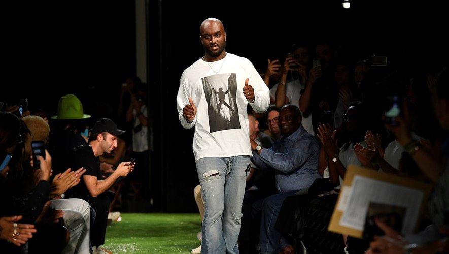 Le styliste américain Virgil Abloh de la maison Off-White à la fin du défilé masculin de la collection printemps/été 2019, le 20 juin 2018 à Paris.