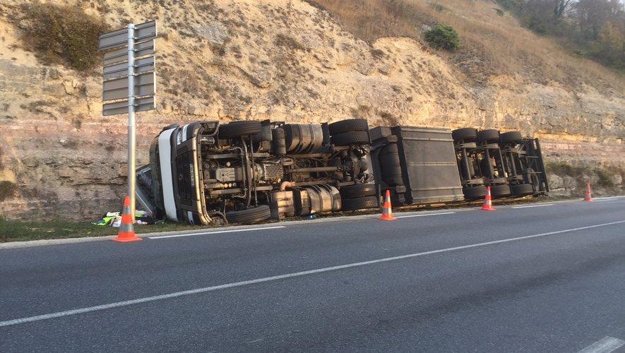 Le camion s'est couché de toute sa longueur dans le fossé.