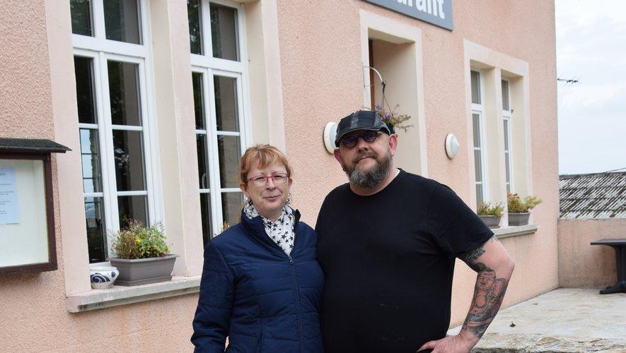 Sonia et Xavier Jardinier devant leur établissement.