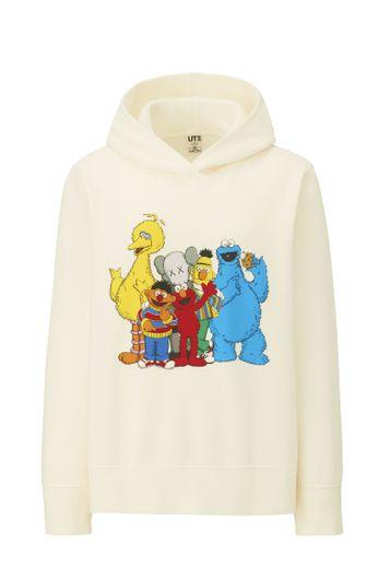 """La collection """"Kaws x Sesame Street"""" sera disponible dès le 19 novembre dans une sélection de magasins Uniqlo et en ligne."""