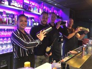 ArciaDjeradi et Rémi Marcilhac (à gauche sur la photo), et leur deux barman, maîtrisent les cocktails à la perfection.