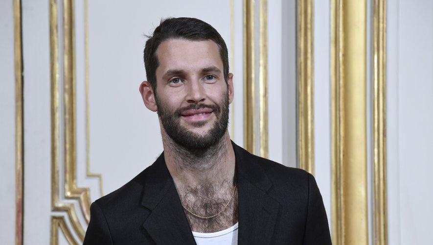 On aurait beaucoup de mal à imaginer le créateur Simon Porte Jacquemus sans moustache tant elle lui va à merveille. Il fait sans aucun doute partie des designers français - et même plus - les plus sexy.