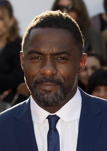 """On préfère l'acteur Idris Elba lorsqu'il porte une moustache, même s'il n'a pas besoin de ça pour être sexy. Ce côté """"mal rasé"""" lui fait gagner en charisme et sex-appeal."""