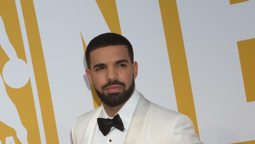 Le rappeur Drake est également beaucoup plus sexy avec sa barbe et sa moustache, parfaitement taillées, surtout lorsqu'il se laisse aller à les porter avec un costume black & white. Le look parfait.