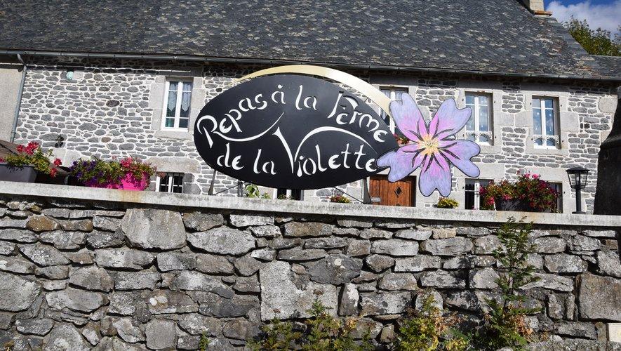 La ferme-auberge est sur la D921 entre Laguiole et Lacalm.