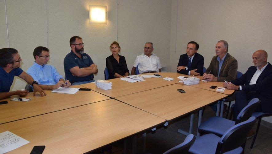 Couteliers Laguiolais, députés et membre de la CCI en réunion à Laguiole sur les labels d'État.