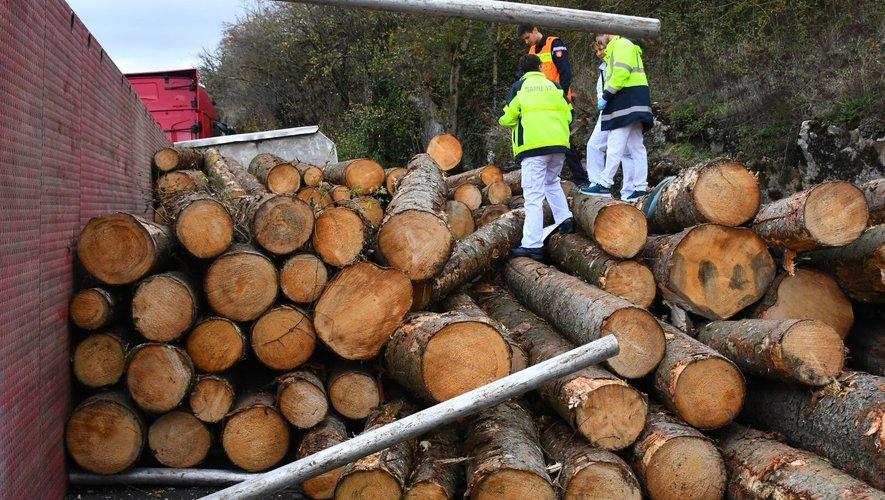 Gages : le chargement d'un camion de bois se renverse sur des véhicules en stationnement