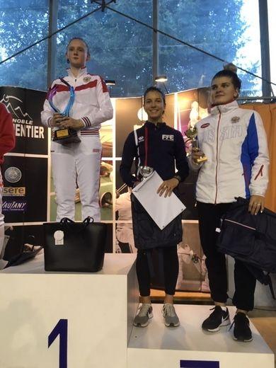 La Ruthénoise Clémentine Pinier entourée de deux Russes sur le podium à Grenoble.
