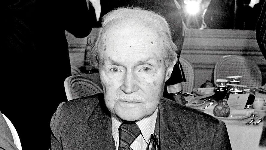 Né en 1890, Maurice Genevoix décède en 1980. Il obtient un Goncourt en 1925 et entre à l'Académie française en 1946.