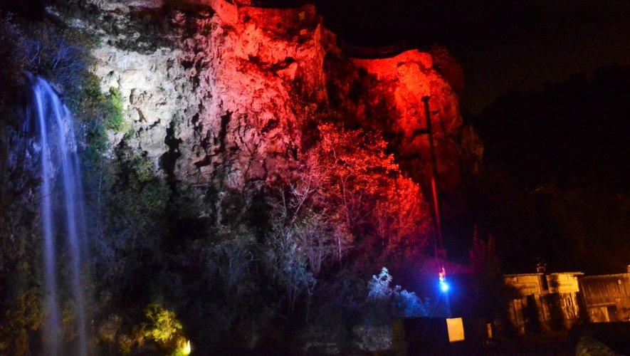La cascade de Salles-la-Source aux couleurs de la France pour le centenaire