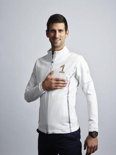 Novak Djokovic porte la veste imaginée par Lacoste pour son retour au rang de numéro 1 mondial.