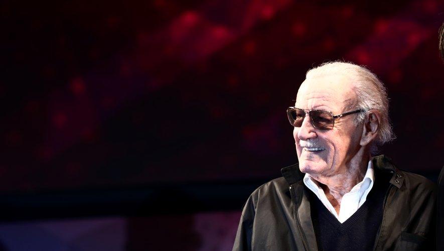 """1941: il écrit ses premières histoires dans le comics """"Captain America"""" sous le pseudonyme de Stan Lee."""