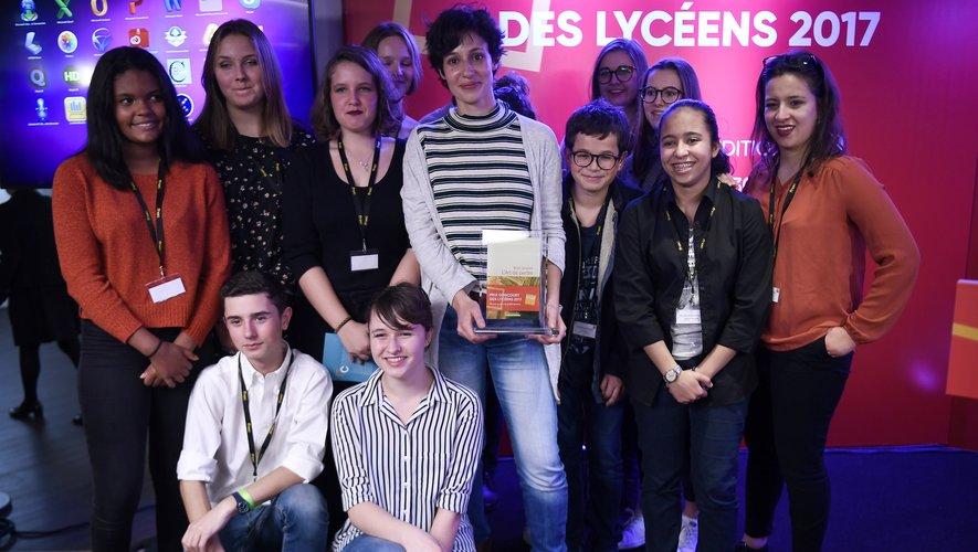 """Alice Zeniter (au centre) s'était déjà vu attribuer le 30e prix Goncourt des Lycéens le 16 novembre 2017 à Paris pour """"L'Art de perdre"""""""