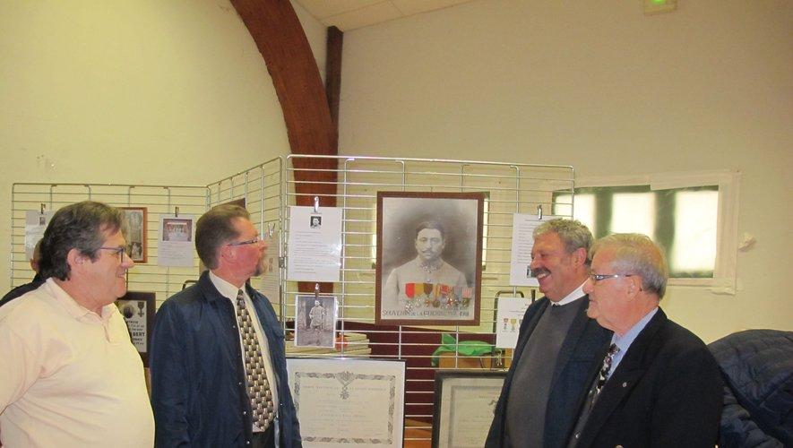 Le sous-préfet ChristianRobbe-Grillet et le mairePaul Marty avecles organisateurs de cette exposition.