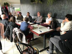 Les habitants fidèles au café citoyen