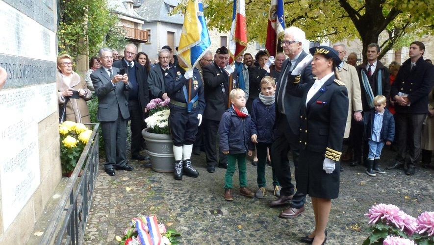 Recueillement devant le mémorial de la famille de Castelnau.