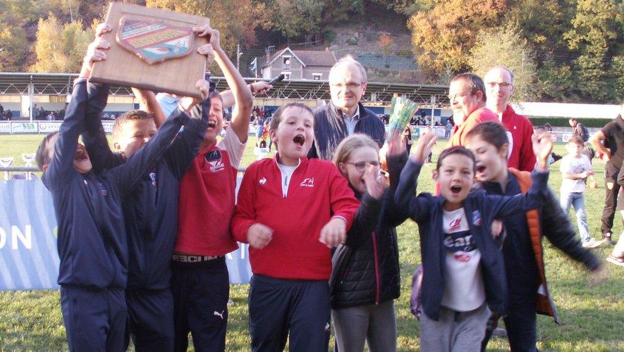 F. Marty, maire de Decazeville, vient de remettre le trophée à Aurillac.