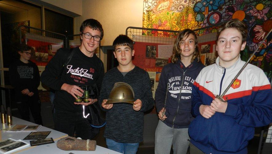 De droite à gauche : Léonard Cavaroc, Samuel Bayard et deux autres élèves de 3e.