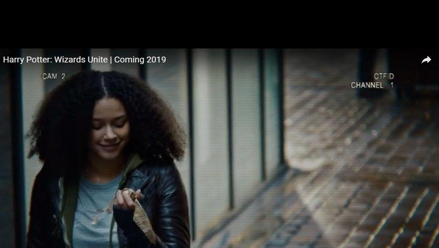 Dans cette première bande-annonce, une jeune fille attrape notamment un vif d'or virtuel dans une rue bien réelle.