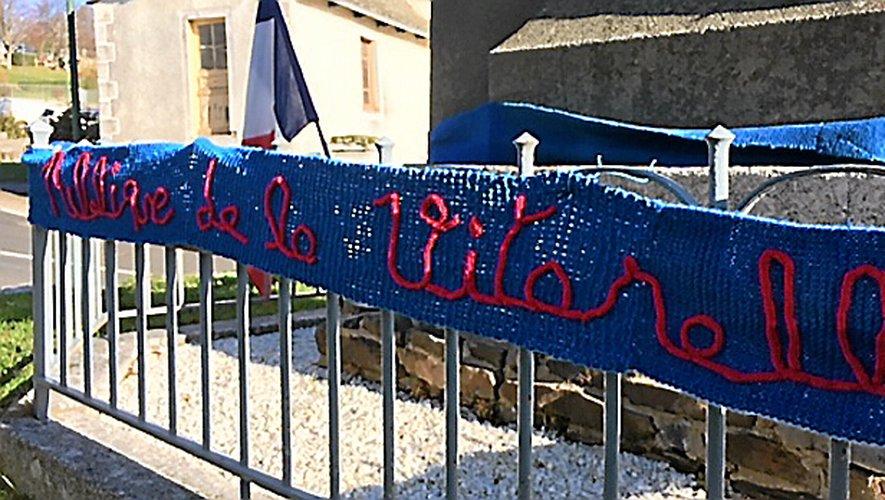 Les écolierset l'enseignant ont apprisà tricoter pour concevoirune écharpe de 18,27 mètres.