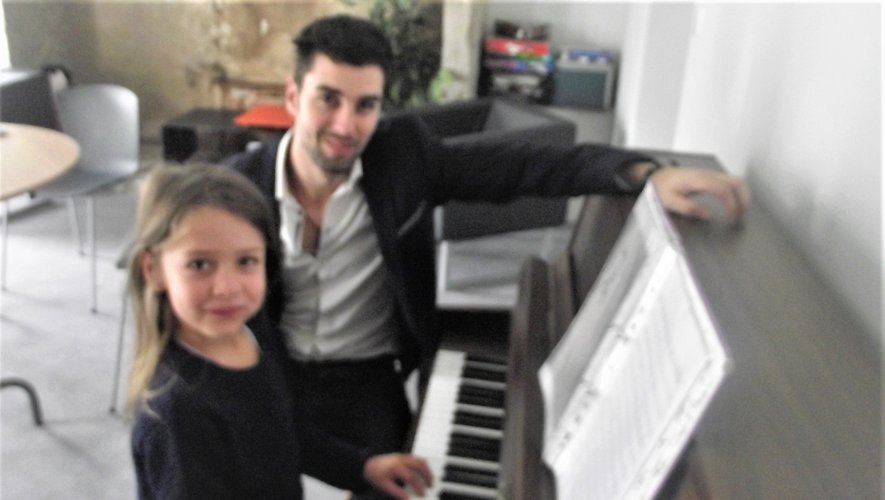 Mathieu Barbier avec Célène, une jeune élève.